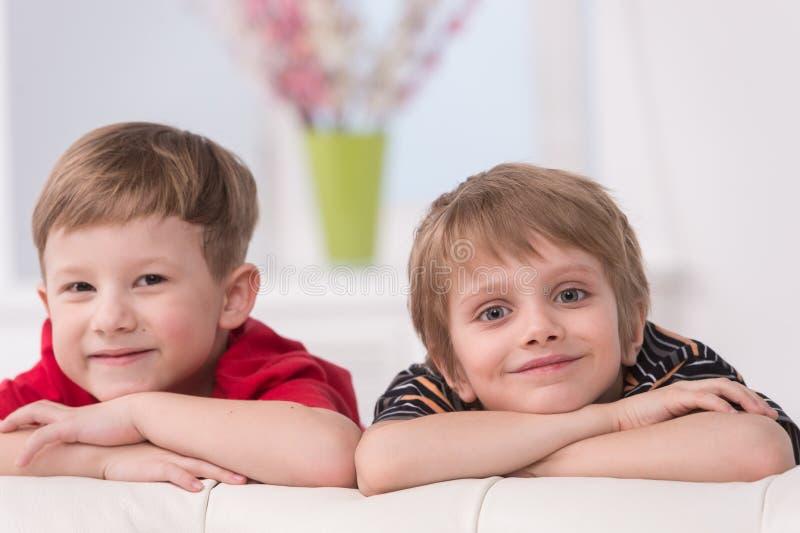 两个微笑的逗人喜爱的男孩画象  免版税库存照片