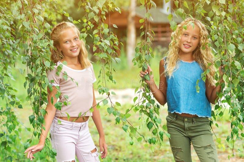 两个快乐的少年女孩在公园 库存照片