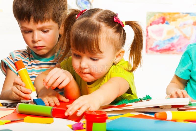 两个愉快的创造性的孩子 库存图片