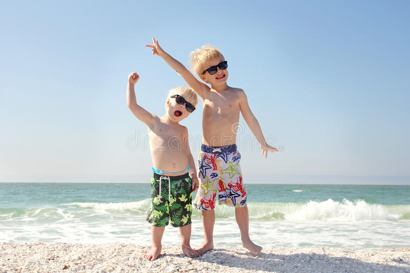 两个愉快的孩子海滩假期 免版税库存图片