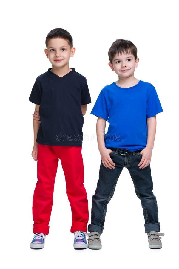 两个愉快的年轻男孩一起站立 免版税库存照片