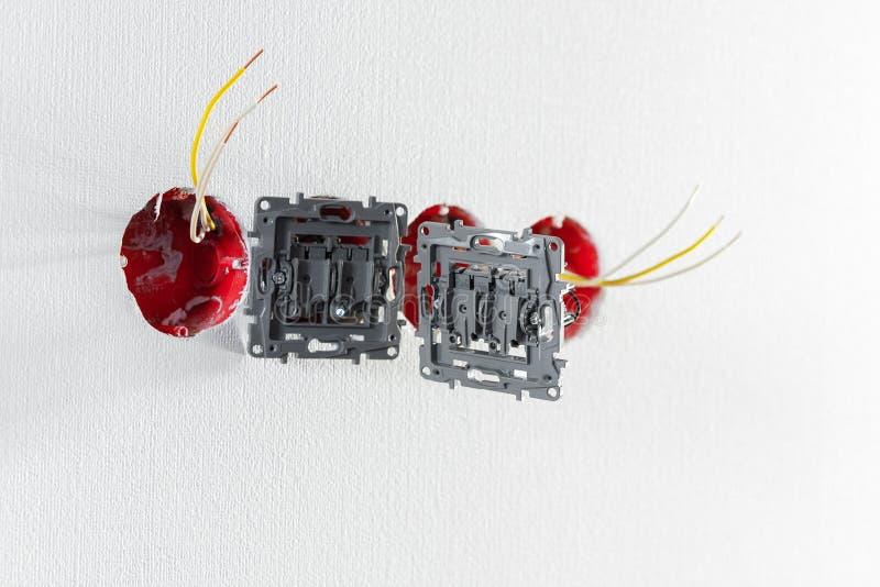 两个插口在没有盖子的设施时 在修理期间 明线 没有盖子的欧洲插口在白色背景 P 免版税库存照片