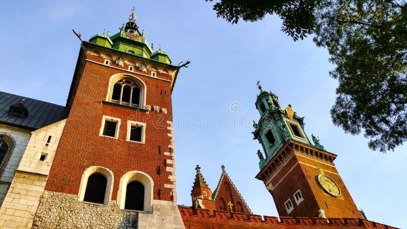 两个新生教堂圆顶在大教堂一边的Wawel小山的在克拉科夫波兰 库存图片