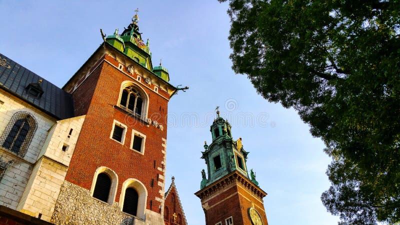 两个新生教堂圆顶在大教堂一边的Wawel小山的在克拉科夫波兰 免版税库存照片