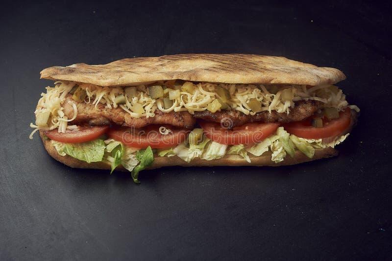 两个新鲜的大三明治用腌汁、乳酪、蕃茄、烤鸡和莴苣 免版税图库摄影