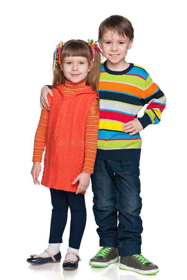 两个时尚微笑的孩子 免版税库存图片