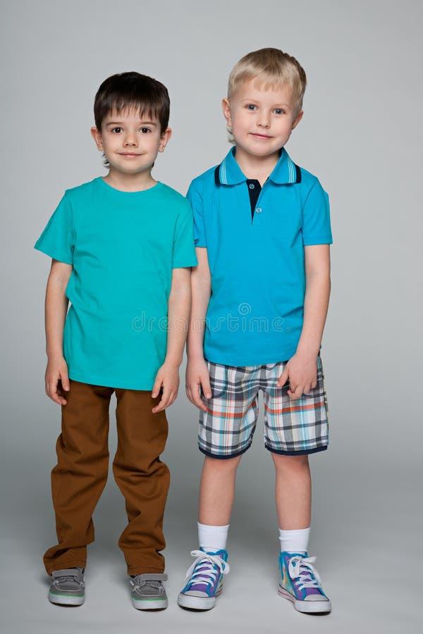 两个时尚微笑的小男孩 免版税图库摄影