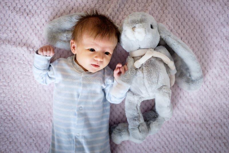 两个月大的婴儿在床上 免版税库存照片
