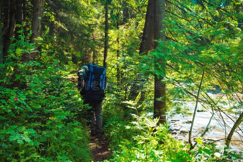 两个朋友在与背包的山旅行 免版税库存图片