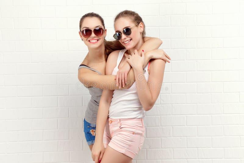 两个朋友摆在 现代的生活方式 两个时髦的性感的行家女孩最好的朋友准备好党 女孩二年轻人 免版税图库摄影
