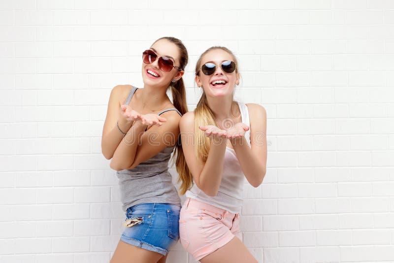 两个朋友摆在 现代的生活方式 两个时髦的性感的行家女孩最好的朋友准备好党 女孩二年轻人 库存照片