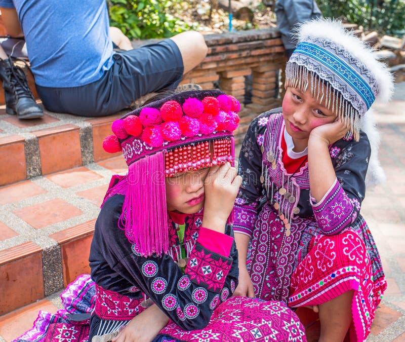 两个未认出的Akha孩子为旅游照片摆在Wat Phratat土井素贴在清迈,泰国 免版税库存照片