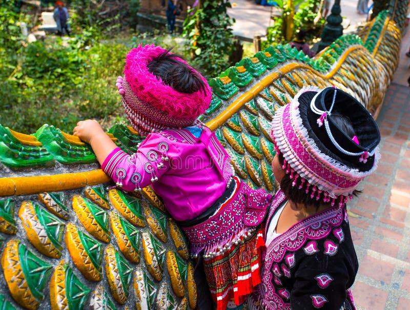 两个未认出的Akha孩子在Wat Phratat土井素贴拍摄了后边在清迈,泰国 库存图片