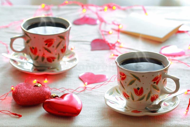两个杯子咖啡和两心脏 免版税库存图片