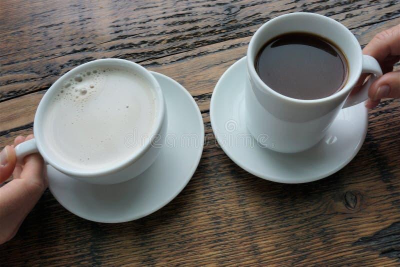 两个杯子热的酿造早晨 库存图片