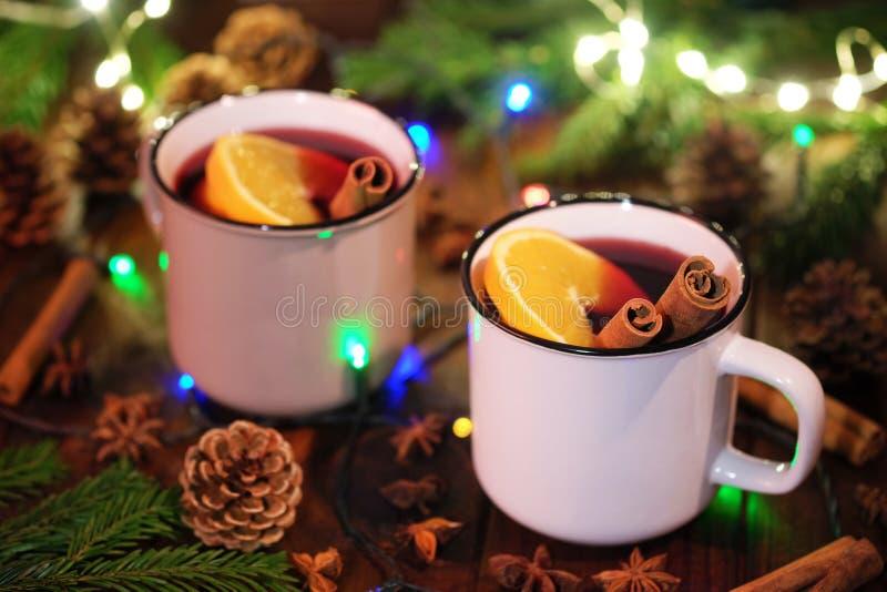 两个杯子用加香料的热葡萄酒 库存照片