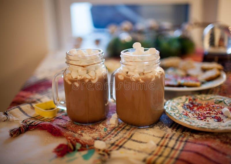 两个杯子用可可粉和蛋白软糖在圣诞节桌上 免版税图库摄影