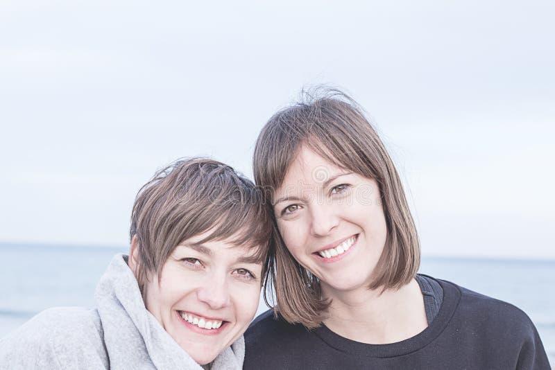 两个正常女孩微笑 免版税库存图片