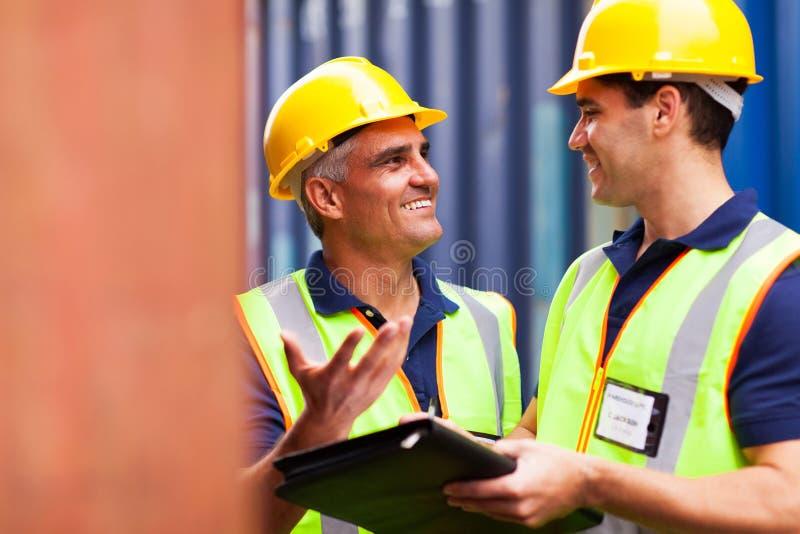 两个港口工作者 免版税库存照片