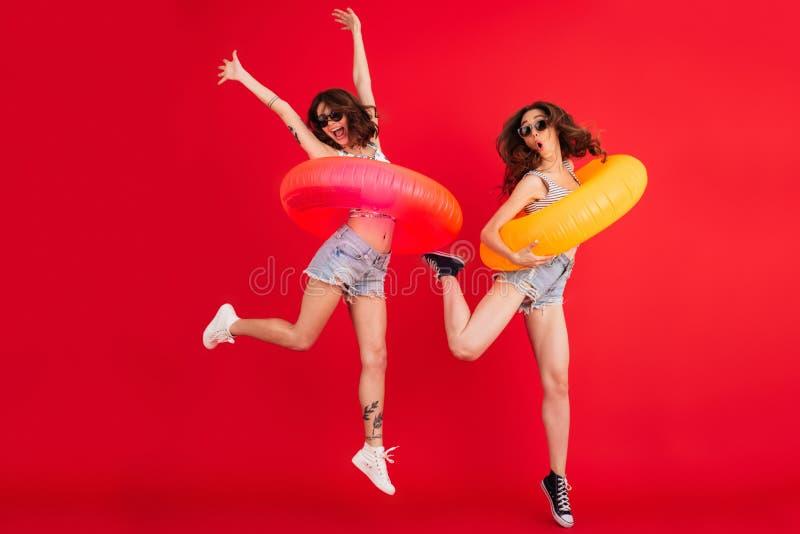 两个滑稽的夏天女孩全长画象  免版税库存照片