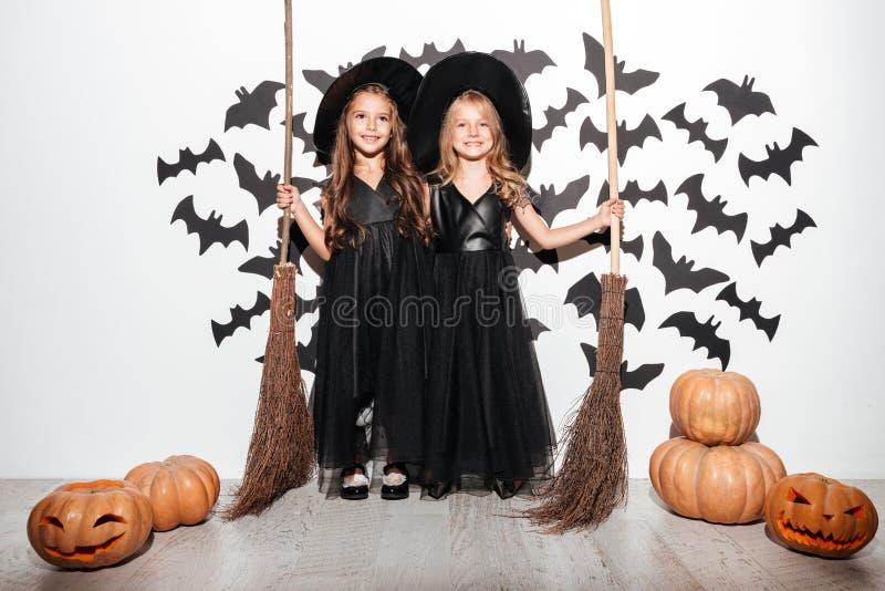 两个滑稽的小女孩夫妇  图库摄影