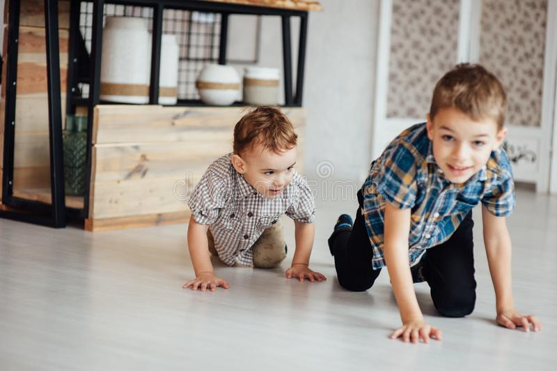 两个滑稽的男孩一起使用 获得逗人喜爱的愉快的兄弟微笑和乐趣 库存图片
