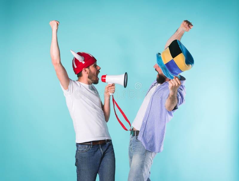 两个激动的男性朋友庆祝观看的体育 库存照片