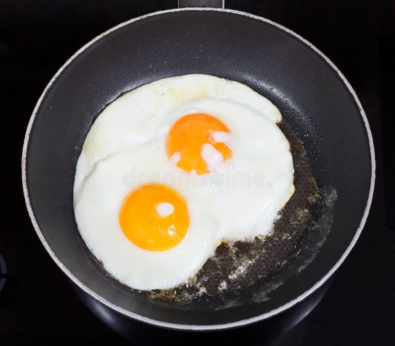 两个煎蛋顶视图在煎锅的 免版税图库摄影