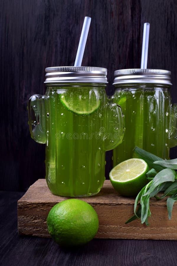 两个玻璃瓶子绿色柠檬水 免版税图库摄影