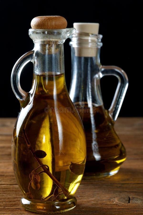 两个瓶在桌上的橄榄油 免版税库存图片