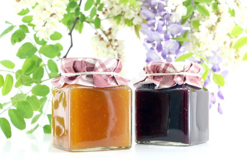 两个瓶子果酱,交错排列 免版税库存照片