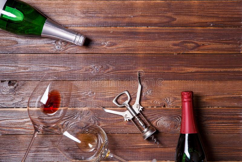 两个瓶酒,两个酒杯和拔塞螺旋照片  库存图片