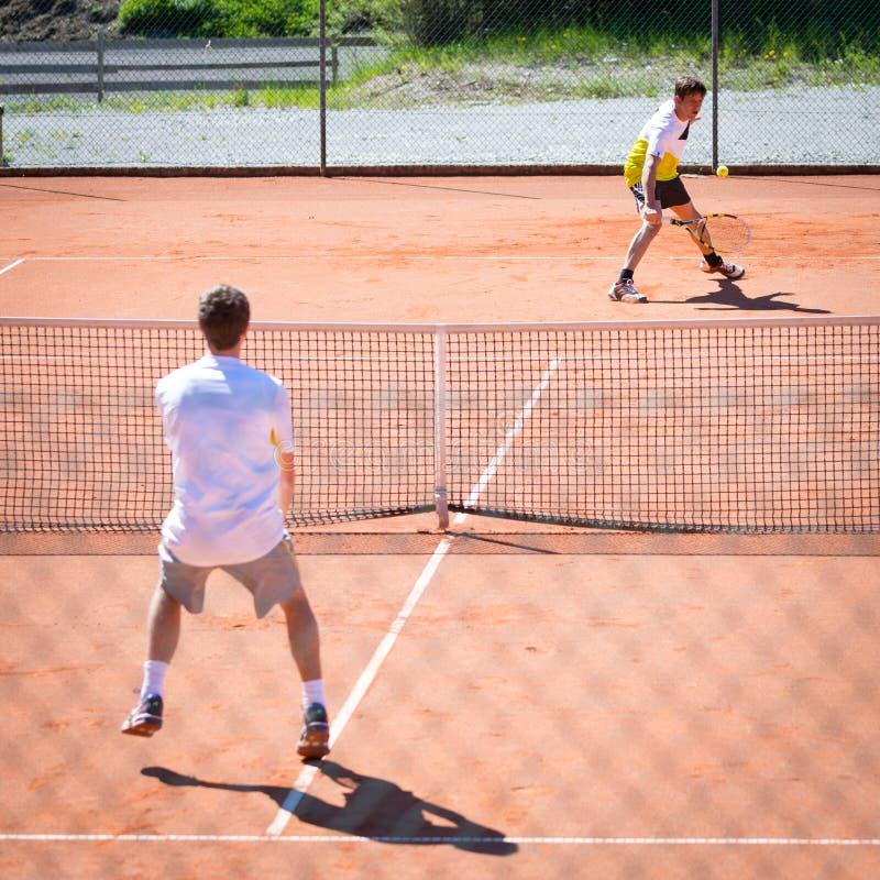 两个男性球员网球比赛  图库摄影