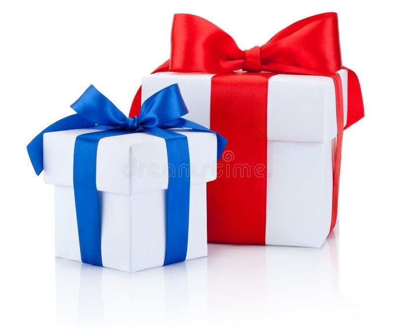 两个白色礼物盒栓了蓝色,并且红色丝带在白色鞠躬隔绝 图库摄影