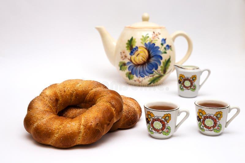 两个百吉卷和杯子用茶 库存照片