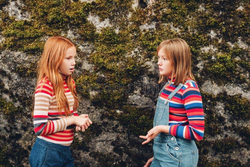 两个相当小青春期前的女孩画象  图库摄影
