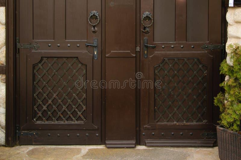 两个相等的古色古香的门,概念-做出您的选择 库存照片