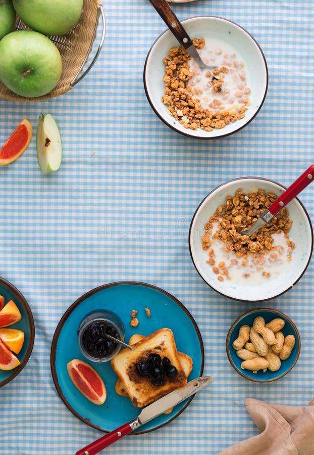 两个碗muesli用酸奶,果子,与拷贝空间的多士 免版税库存图片