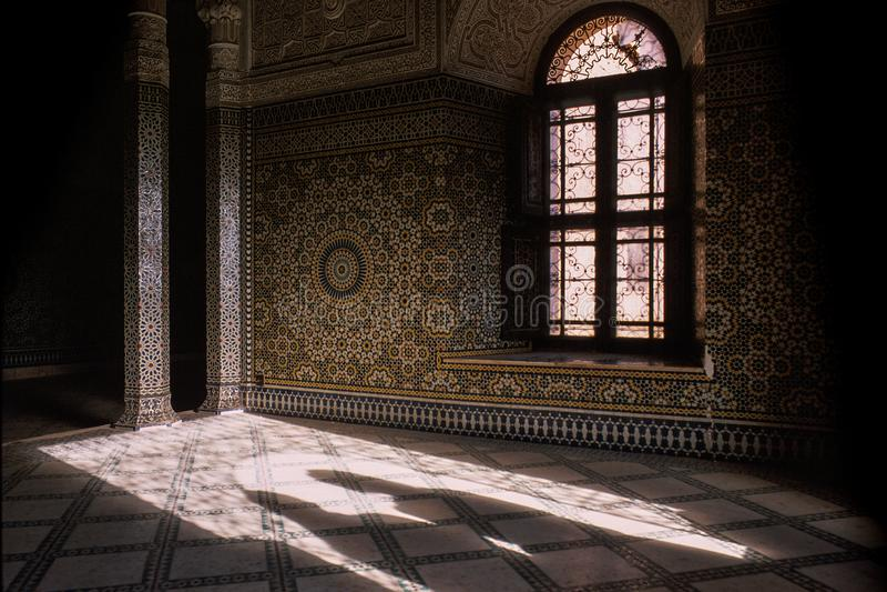 两个神奇阴影出现于入口对壮观 库存图片