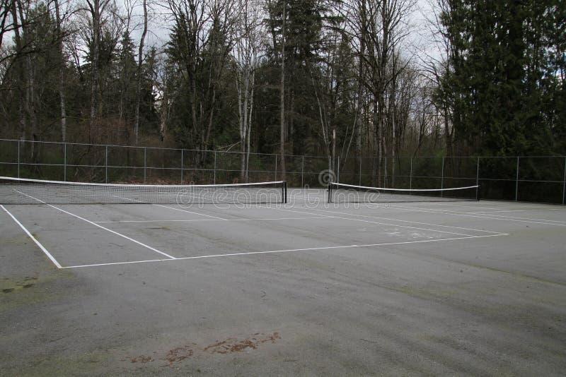 两个空的并行的网球场 免版税库存图片