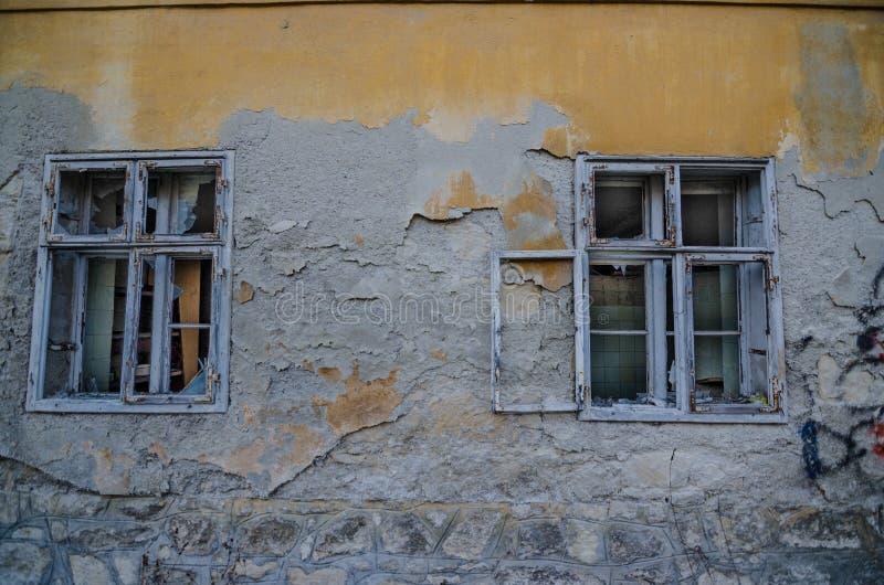 两个窗口在老房子里 免版税库存图片