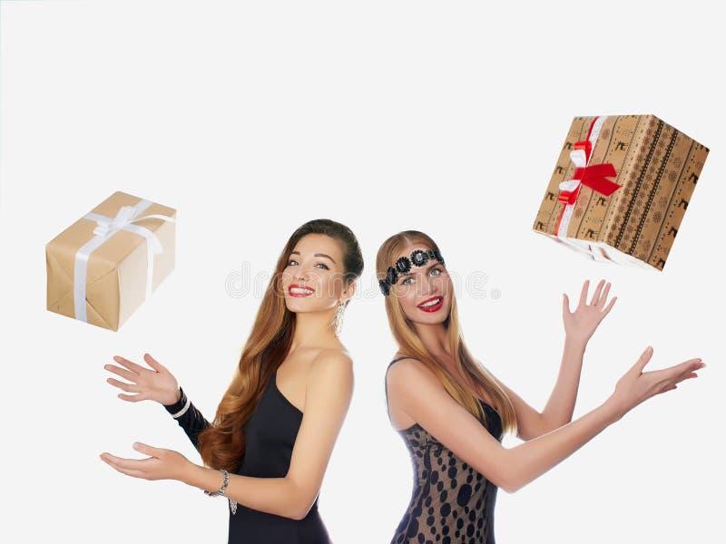两个美丽的女孩高兴礼物 库存图片