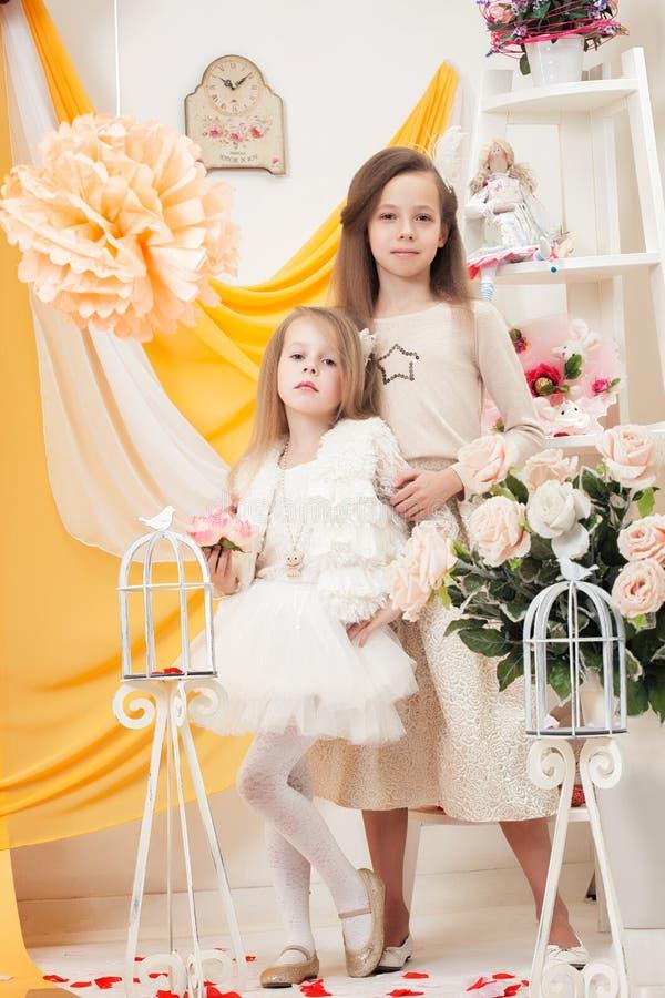 两个美丽的姐妹给假日服装做广告 免版税库存图片