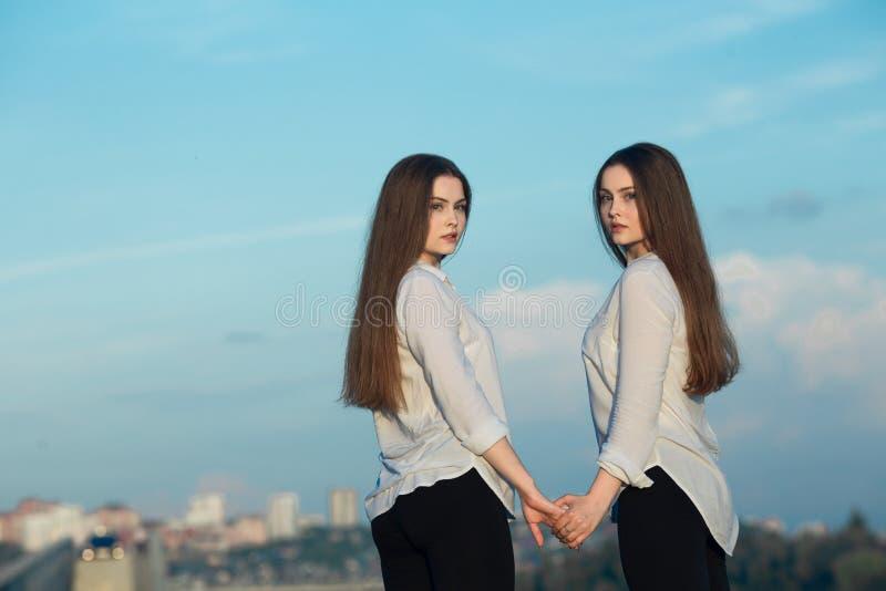 两个美丽的年轻姐妹双女孩 免版税库存图片