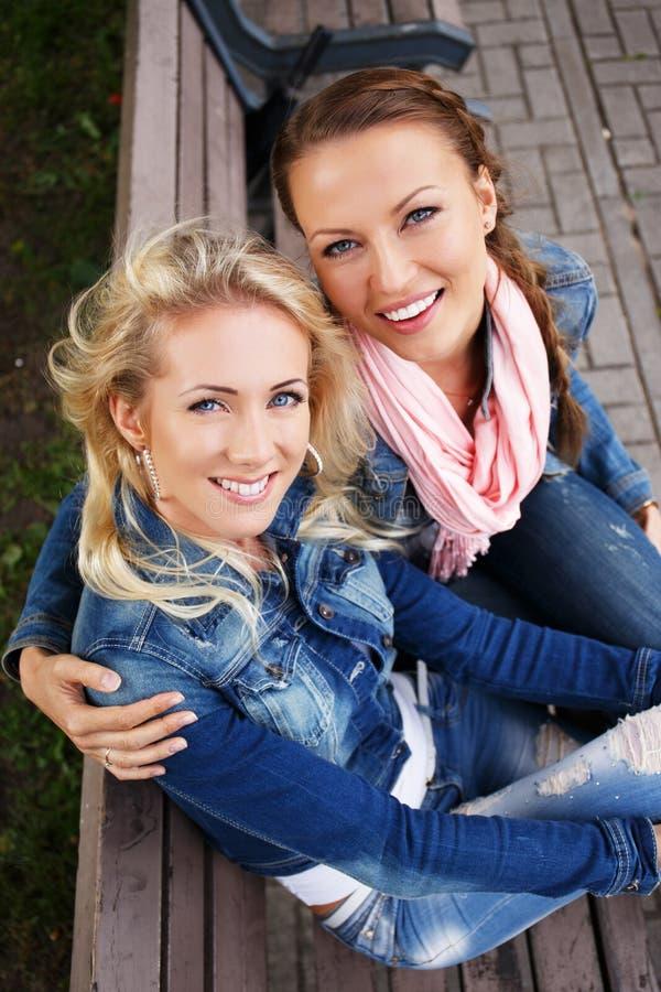 两个美丽的微笑的少妇 图库摄影