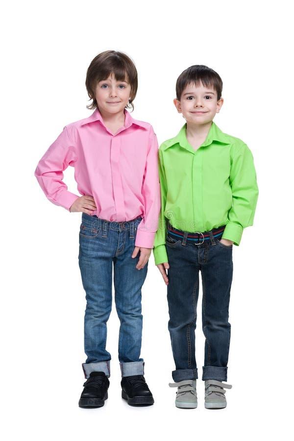 两个英俊的时尚年轻人男孩 免版税图库摄影
