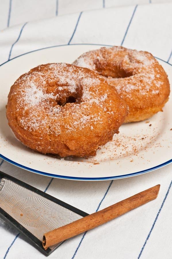 两个蛋糕油炸圈饼顶视图用桂香糖 库存图片