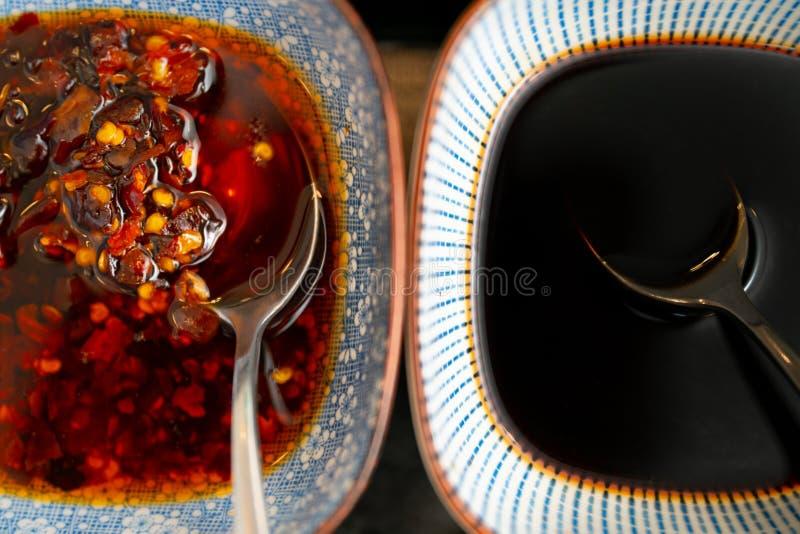两个调味汁大角度特写镜头射击用在彼此附近的不同的碗 库存照片