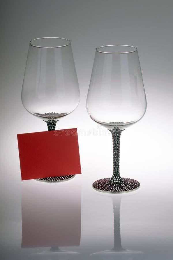 两个酒杯特写镜头与愿望卡片的 库存图片