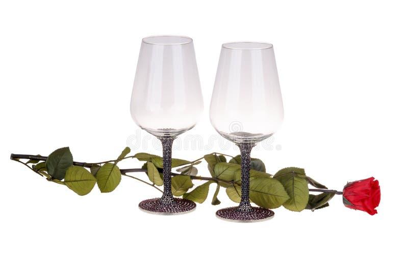 两个酒杯特写镜头与红色玫瑰的 免版税库存图片